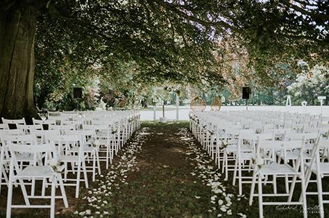 Image d'une cérémonie laïque avec décoration, arche et chaises