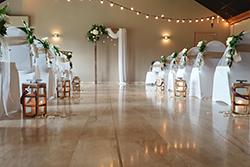Décoration, arche et chaises de cérémonie laique intérieur