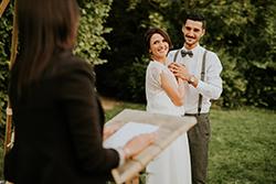 couple mariage et officiante cérémonie laïque