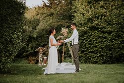 couple mariage devant arche de cérémonie laïque