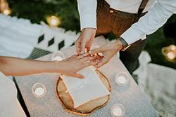 Échange des alliances, mariage bohème chic et nature