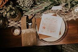 décoration table mariage d'inspiration bohème chic et nature avec papeterie