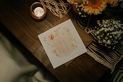 décoration table mariage d'inspiration bohème chic et nature avec faire-part