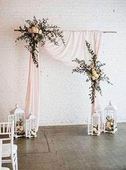 Arche rectangulaire drapée rose pale