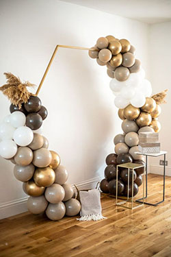 Arche ballon blanc, taupe et marron sur arche en métal doré