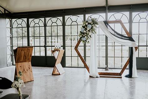Arche hexagone voilée et fleurie pour cérémonie laique