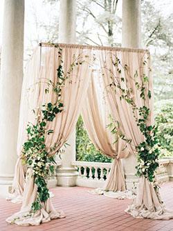 Arche rectangulaire drapée voile rose poudré