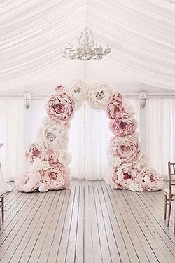 Arche fleurs en papier roses et blanches