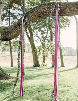 Arche minimaliste avec ruban rose et feuillage