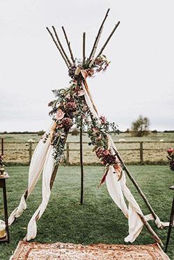 Arche tipi avec drapé rose et fleurs