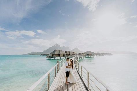 voyage de noces couple plage paradisiaque