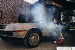 """Shooting d'inspiration pour un mariage """"Back to 80's"""", le marié et la mythique voiture de Retour vers le futur, la DeLorean DMC-12"""