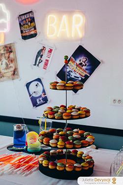 Dessert mariage, choux pop et colorés pour un mariage back to 80s