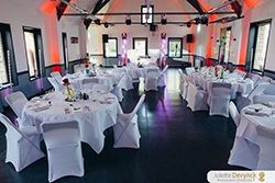 Salle de réception décorée pour un mariage sur le thème back to 80s