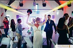 Arrivée des mariés lors de la réception du mariage, ambiance festive et colorée