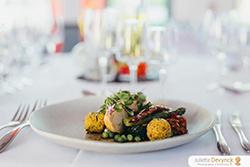Assiette individuelle de traiteur pour réception de mariage, plat avec légumes et viande