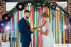 Échange des alliances lors d'une cérémonie laïque pour un mariage d'inspiration Back to 80s