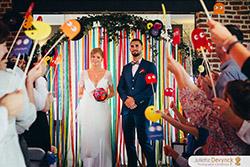 Sortie des mariés après la cérémonie laïque pour un mariage Back to 80s, avec petit monstre et Pac Man