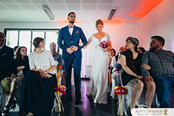 Entrée des mariés pour un mariage coloré sur le thème Back to 80s