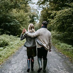 Couple balade en forêt