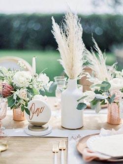 Centre de table avec pampas et bouteilles pour un mariage naturel
