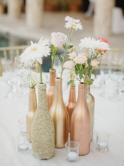 Centre de table soliflore fait en bouteilles de verre