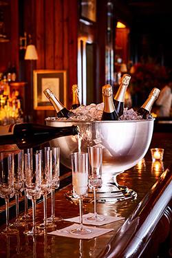 flutes à champagnes avec saut et bouteille