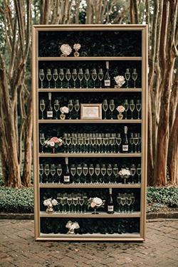 bars : armoire avec flutes à champagne