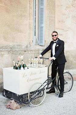 bars: triporteur de champagne avec serveur