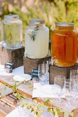 fontaines de limonades avec verres