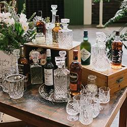 bar à whisky, bouteilles et verres