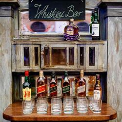 bars à whisky, bouteilles en verres, verres et panneau