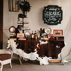 bars à whisky, bouteilles en verre, cigares et peau de vache