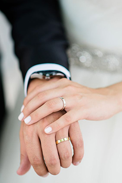 Les alliances d'un jeune couple de mariés