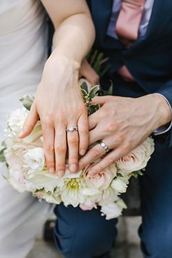 Les alliances des jeunes mariés