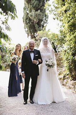 La mariée au bras de son père