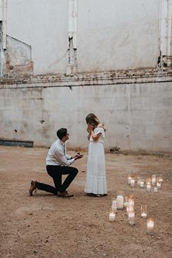 Tradition demande en mariage à genou