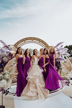 Les demoiselles d'honneur en robe violette