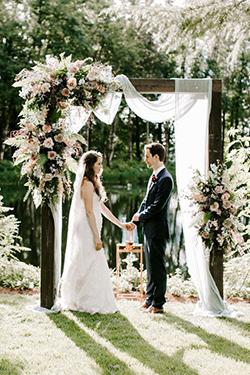 La mariée est à gauche de son mari