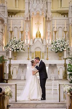 La mariée est située à gauche de son mari