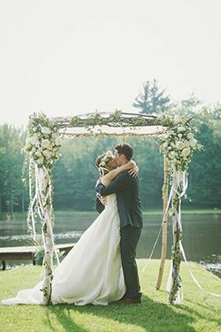 La mariée est placée à gauche de son mari selon la tradition de mariage