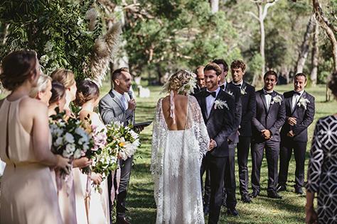 Un jeune couple célèbre son union en petit comité lors d'une cérémonie personnalisée